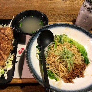 香酥排骨肉燥乾拌麵 - 位於尖沙咀的鐵牛台灣牛肉麵 (尖沙咀) | 香港