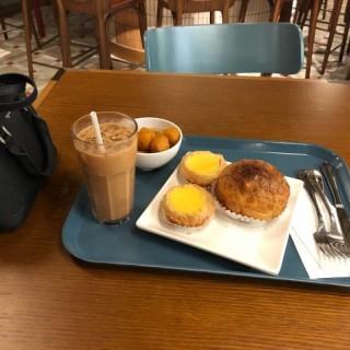 魚蛋,菠蘿油,蛋撻,奶茶 - 位於佐敦的檀島咖啡餅店 (佐敦) | 香港