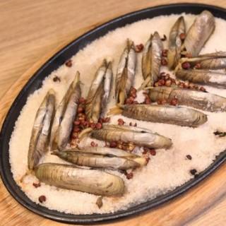 鐵板鹽焗蟶子 - ใน將軍澳 จากร้านPUTIEN (將軍澳)|ฮ่องกง
