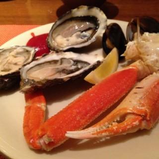 冷盤有生蠔、青口、蝦和長腳蟹等等 -  dari Feast (路氹城) di  |Macau