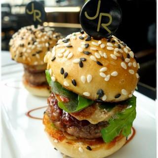 日本和牛及香煎鵝肝迷你漢堡 -  dari Robuchon au Dome (南灣) di 南灣 |Macau