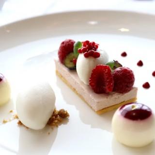 雜莓慕斯配草莓珍珠及藍莓奶凍 -  dari Vida Rica Restaurant (宋玉生廣場(皇朝)) di 宋玉生廣場(皇朝) |Macau