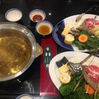 Electric stove at every table for DIY hotpot - ในJurong East จากร้านMK Restaurants (Jurong East)|สิงคโปร์